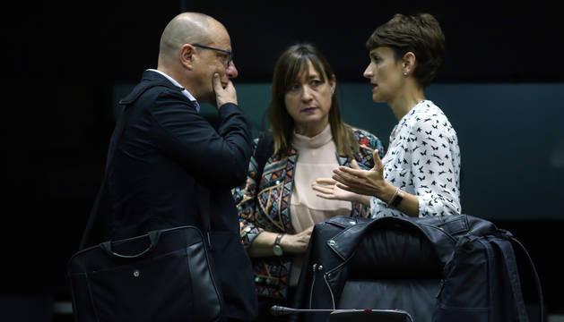 foto de Los socialistas Carlos Gimerno Conchi Ruiz y María Chivite, ayer, en el hemiciclo.