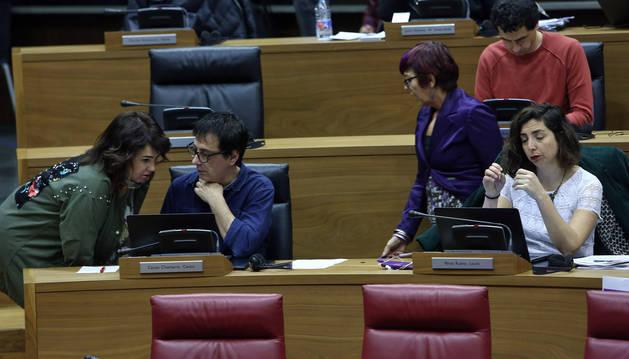 Desde la izquierda, Ainhoa Aznárez, Carlos Couso, Tere Sáez, Rubén Velasco y Laura Pérez, cinco de los siete parlamentarios de Podemos.