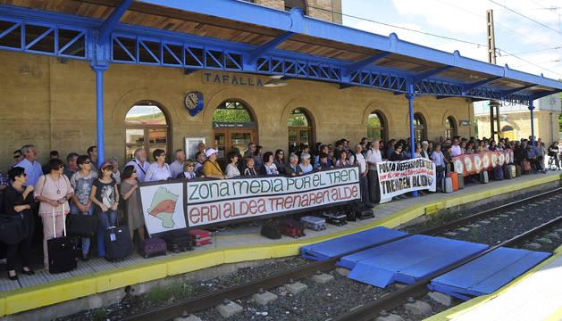 Un grupo de manifestantes se situó a lo largo del andén de la parada para pedir la continuidad del tren.