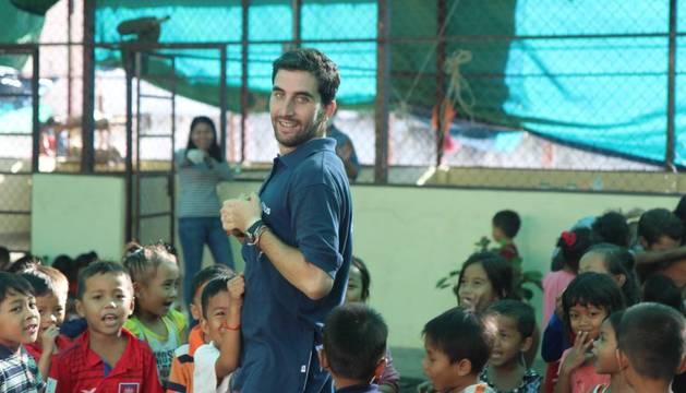 Pablo Zarauza juega con un grupo de niños en las instalaciones de la ONG en Nom Pen.