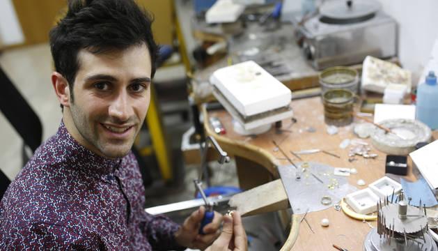 Xabier Pelegrín, en el taller de joyería trabajando en uno de los anillos de su colección.