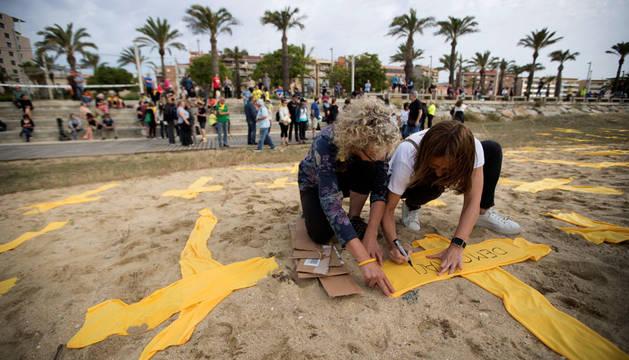 Los independentistas ocupan la playa de Mataró con cruces amarillas