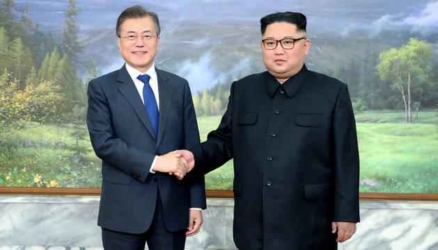 foto de El líder norcoreano, Kim Jong-un, y el presidente del Sur, Moon Jae-in, tras su reunión secreta por la desnuclearización.