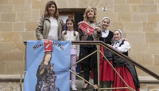 Algunas de las voluntarias que el viernes se encargaron de la venta del material de la cofradía en la basílica.