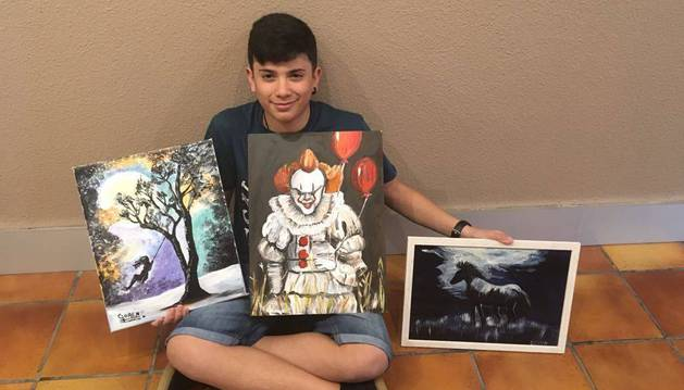 Goren Rojas Angulo, junto a algunos de sus cuadros favoritos de la exposición.