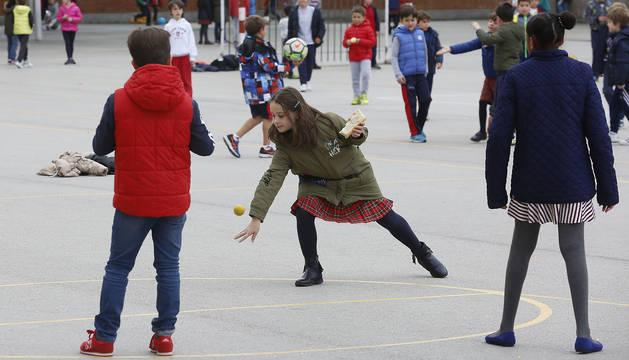 Alumnos de Primaria del colegio San Ignacio (Jesuitas) de Pamplona juegan en el patio durante un recreo. Los porterías de fútbol  y las canastas de baloncesto son las protagonistas del espacio.