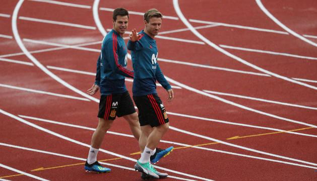 Los futbolistas navarros César Azpilicueta y Nacho Monreal, ayer en la ciudad deportiva de Las Rozas en el entrenamiento de la selección española.