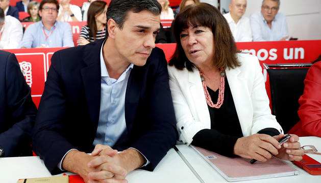 Pedro Sánchez, junto a Cristina Narbona en la reunión del Comité Federal del PSOE.
