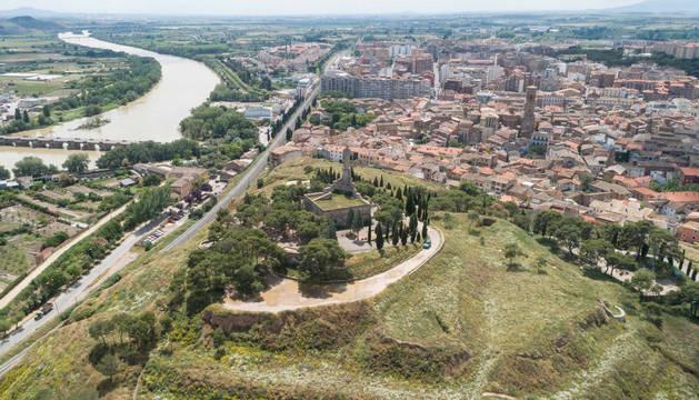 foto de El cerro de Santa Bárbara, en primer término con el monumento del Corazón de Jesús, ante el casco urbano y con el río Ebro a la izquierda.