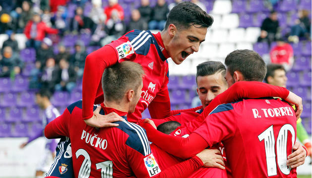 FOTO DE Abrazo entre los jugadores de Osasuna en la última victoria cosechada en Valladolid, hace dos temporadas en Segunda División.