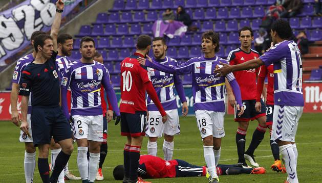Jugadores de Osasuna y Valladolid en el partido de ida