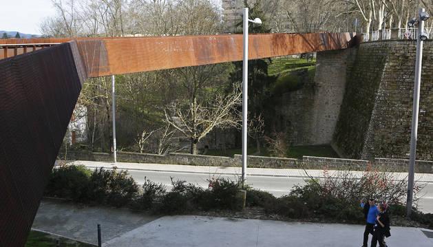 Imagen reciente de la pasarela que está cerrada desde julio de hace dos años.