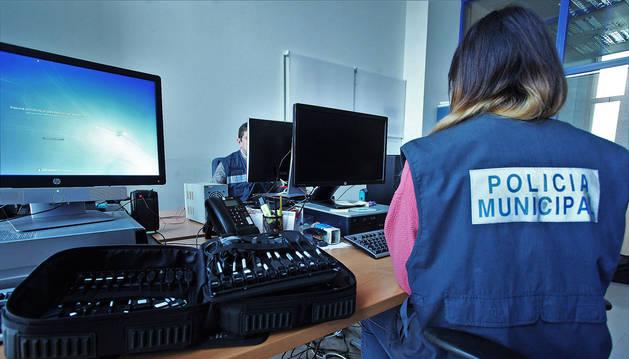 Una agente del grupo de investigación de Policía Municipal de Pamplona.