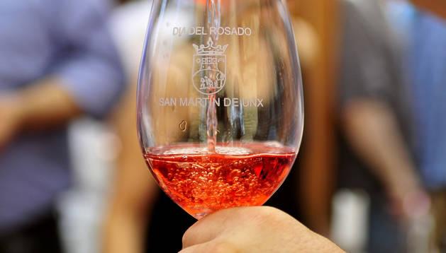 Una de las copas llenas de rosado que se podrán adquirir este fin de semana en San Martín de Unx.