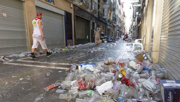 Vasos de plástico, mezclados con otros restos en una pila recogida en un rincón de una calle durante Sanfermines