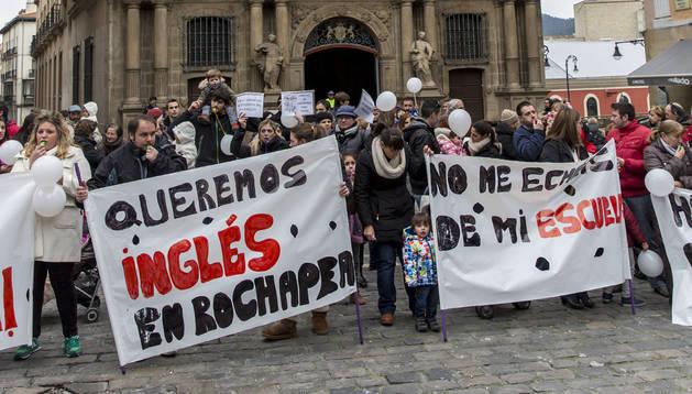 Protesta de las familias expulsadas de sus escuelas infantiles al convertirlas al modelo de euskera.