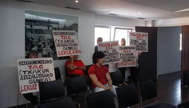 foto de Un grupo de vecinos acudió al pleno para pedir el traslado de la zona de esparcimiento canino.