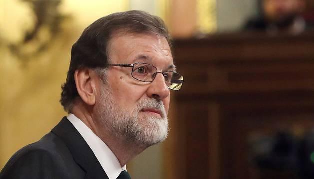 El presidente del gobierno Mariano Rajoy durante su intervención en la tribuna del hemiciclo del Congreso para el debate de la moción de censura presentada por el PSOE.