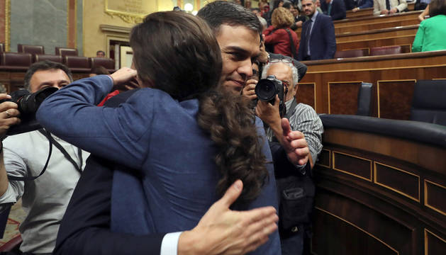 El secretario general del PSOE Pedro Sánchez, saluda al líder de Podemos Pablo Iglesias, en el hemiciclo del Congreso tras el debate de la moción de censura presentada por su partido.