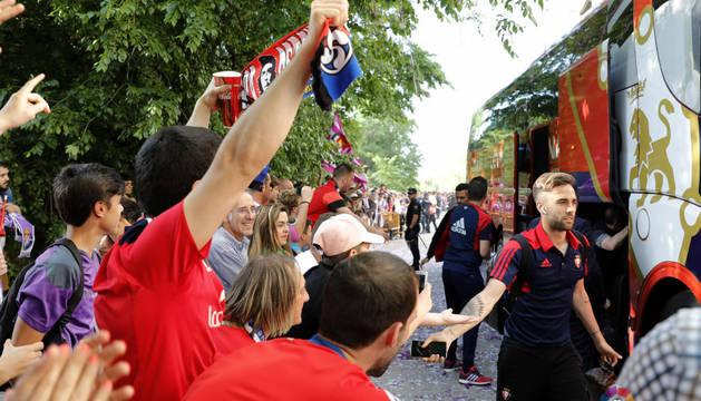 Aficionados de Osasuna reciben al autobús