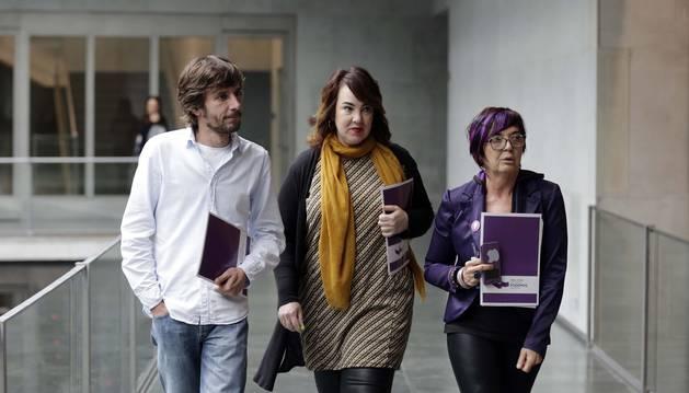 Buil, Aznárez y Saez en los pasillos del Parlamento.