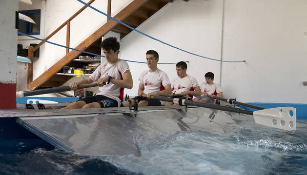 Cuatro jóvenes, integrantes del equipo,  prueban por primera vez el foso que les ayudará a seguir entrenando.