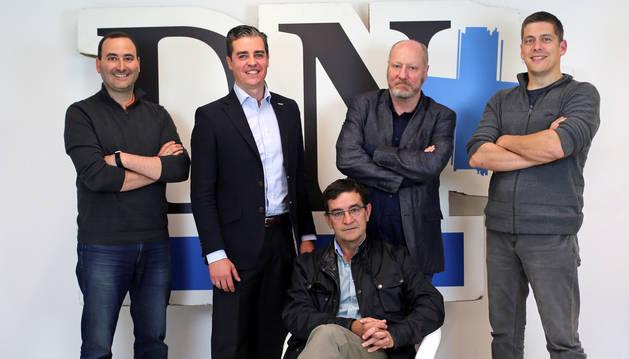 De izquierda a derecha, Javier Ábrego (Tweet Binder); Javier Tourón (Sistemas OEE);  Patxi Larumbre y Daniel Rico (Coccus). Sentado, Gonzalo Alzueta (Sistemas OEE).