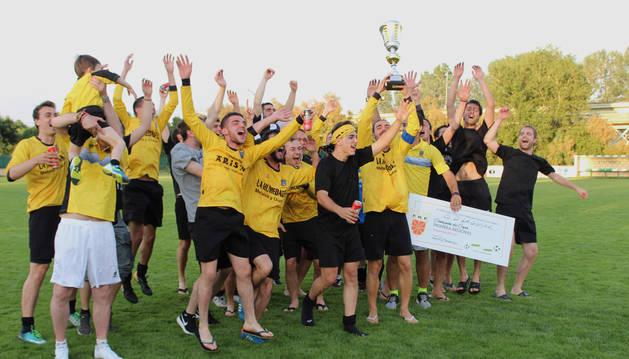 La plantilla del Lagunak celebra el título tras recibir la Copa de la Liga de Primera Regional.