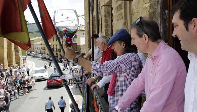 El municipio de la Zona Media de Navarra acogió este domingo el XX Día del Rosado, que contó con visitas guiadas, cata de vinos y una degustación.