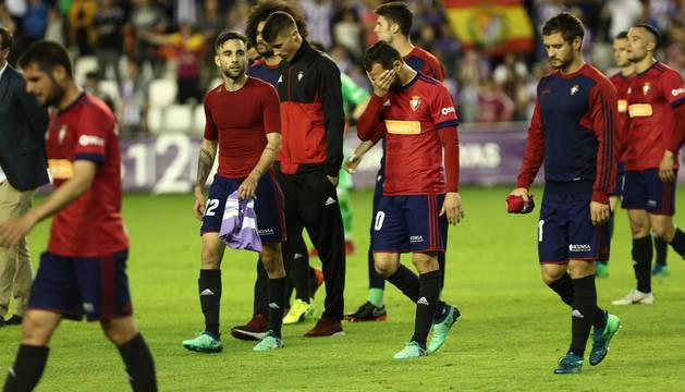 Los jugadores de Osasuna muestran su decepción al término del partido contra el Valladolid.