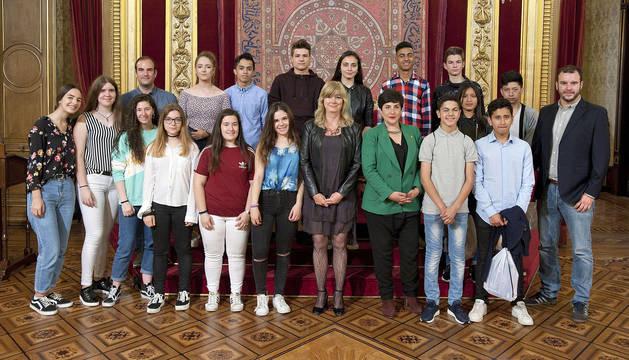 Las consejeras Ollo y Solana, con los integrantes de los equipos de Azagra y Pamplona.