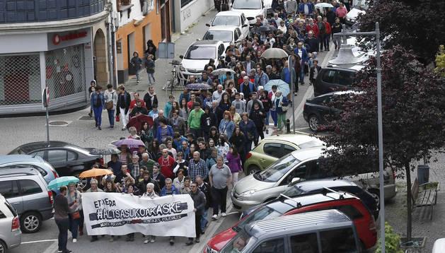 Concentración convocada hoy en Alsasua (Navarra) por los familiares de los jóvenes condenados por agredir a dos guardias civiles y sus parejas en dicha localidad en octubre de 2016, después de que esta mañana cuatro de ellos fueron detenidos y trasladados a Madrid, donde se ha decretado su ingreso en prisión.