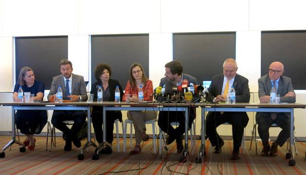 Los ex consejeros de la Generalitat huidos a Bélgica, Meritxell Serret (c), Toni Comín (3d) y Lluís Puig (2d) y los letrados Kateline Van Bellingen (i), Christophe Marchand (2i), Michelle Hirsh (3i) y Paul Bekaert (d), durante la rueda de prensa que ofrecen hoy en Bruselas, en la que anuncian que han interpuesto una demanda civil contra el juez Pablo Llarena.