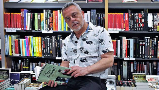 Toni Hill, posando este jueves con su novela en la librería Elkar de la calle Leyre.