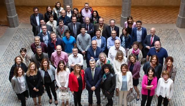 Foto de familia de las personas participantes en el XIII Seminario sobre Aspectos Jurídicos de la Gestión Universitaria, que se celebra en el Palacio del Condestable de Pamplona.