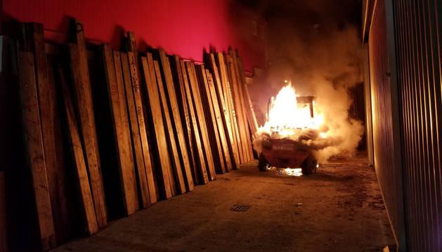 Prendieron fuego a una máquina elevadora utilizada para transportar las piezas del vallado