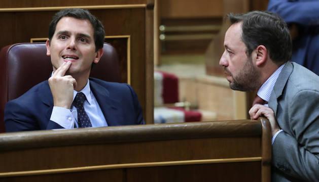 El presidente de Ciudadanos, Albert Rivera (i), conversa con el diputado de la formación Francisco De La Torre (d) en el debate de la moción de censura.