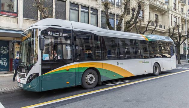 Una de las villavesas híbridas que componen la flota de autobuses