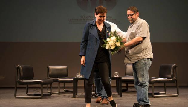 Bernarda y Fermín Rodríguez, hermanos de Germán, ayer en el escenario del Teatro Gayarre.