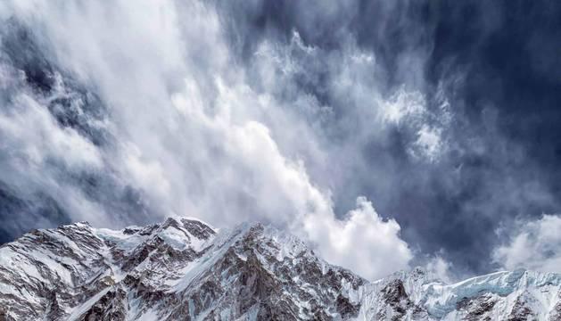 Una secuencia fotográfica de Javier Camacho Gimeno, aficado desde hace dos décadas en Pamplona, descubre perspectivas de ensueño sobre la cima del mundo que alcanzó el mayo. Las imágenes refrescan su memoria de satisfacción y penuria por el ímprobo esfuerzo que debió realizar después de arrebatar al descanso dos noches de vigilia por desnudar el alma del Everest.