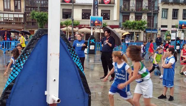 La plaza del Castillo de Pamplona se ha convertido este sábado en una cancha de baloncesto para más de 1.400 jugadores.