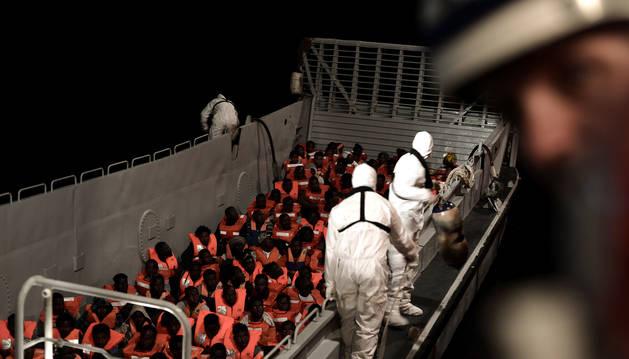 Los migrantes rescatados por miembros del MV Aquarius, un barco de búsqueda y rescate en asociación entre SOS Mediterraneé y Médicos Sin Fronteras en el mar Mediterráneo central, el 10 de junio de 2018.