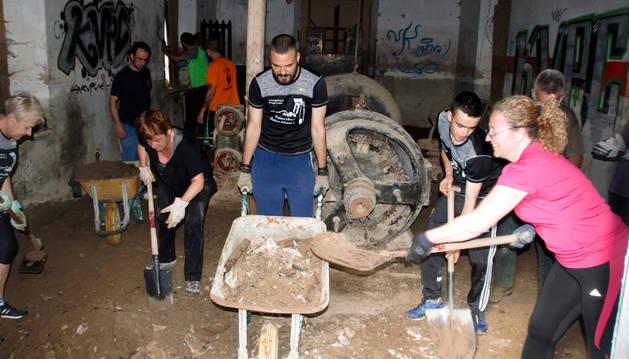 Un grupo de voluntarios limpió el fin de semana el interior de la antigua central hidroeléctrica.
