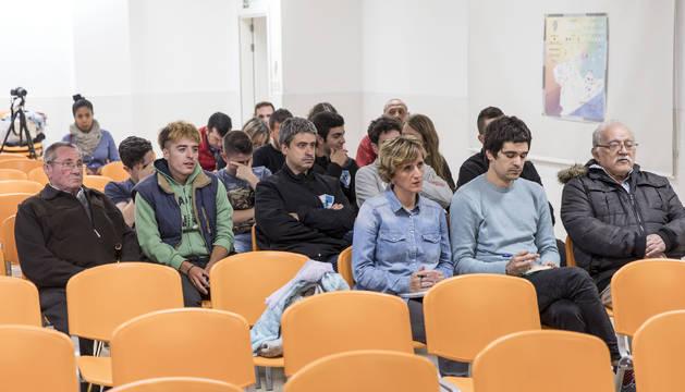 Público asistente al foro de martes, que acogió el nuevo colegio público de Buztintxuri.