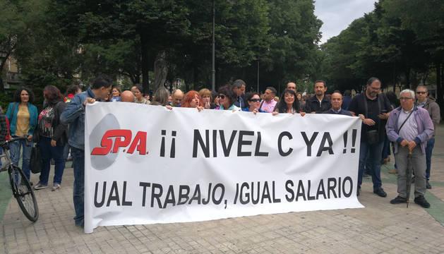 Delegados de SPA, apoyados por UGT, frente al Parlamento foral.