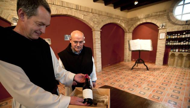El abad Isaac Totorika muestra una de las botellas de su vino en presencia del monje Daniel Gutiérrez.