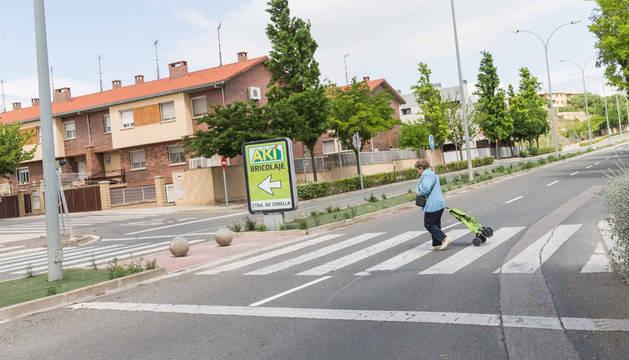 Una mujer cruza por el paso de peatones donde el martes se produjo el atropello.
