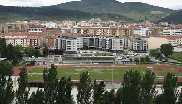 Campo de fútbol de tierra, con el edificio de vestuarios que han ocupado