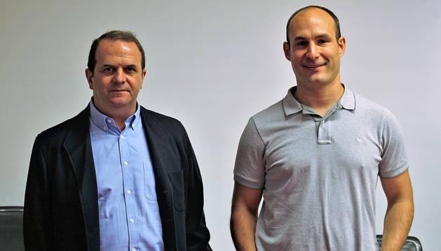 Javier Iraburu y Jon Villares, en representación de AESNA, acudieron al Parlamento foral.