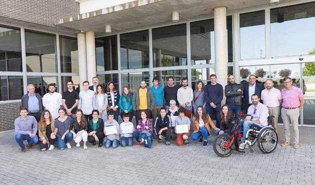 Los asistentes al homenaje que rindió la Federación Navarra de Actividades Subacuáticas a los alumnos de la UPNA que han desarrollado material de buceo adaptado.